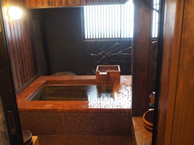貸切ヒノキ温泉風呂です